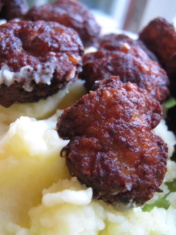 Piftelute din carne de porc, piure de cartofi si eterna salata de vara