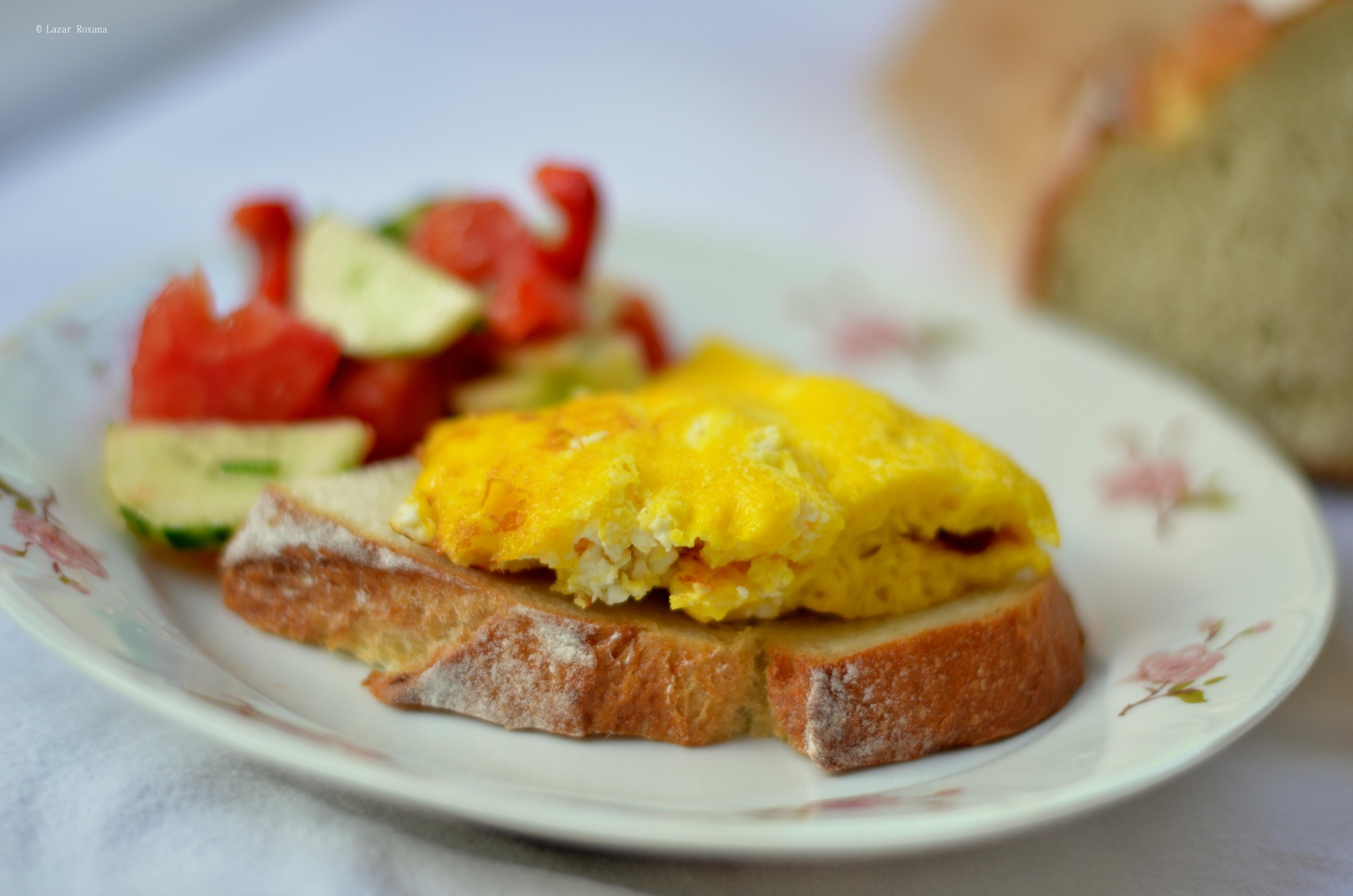 Rasfatul meu simplu din fiecare weekend: omleta cu branza sarata