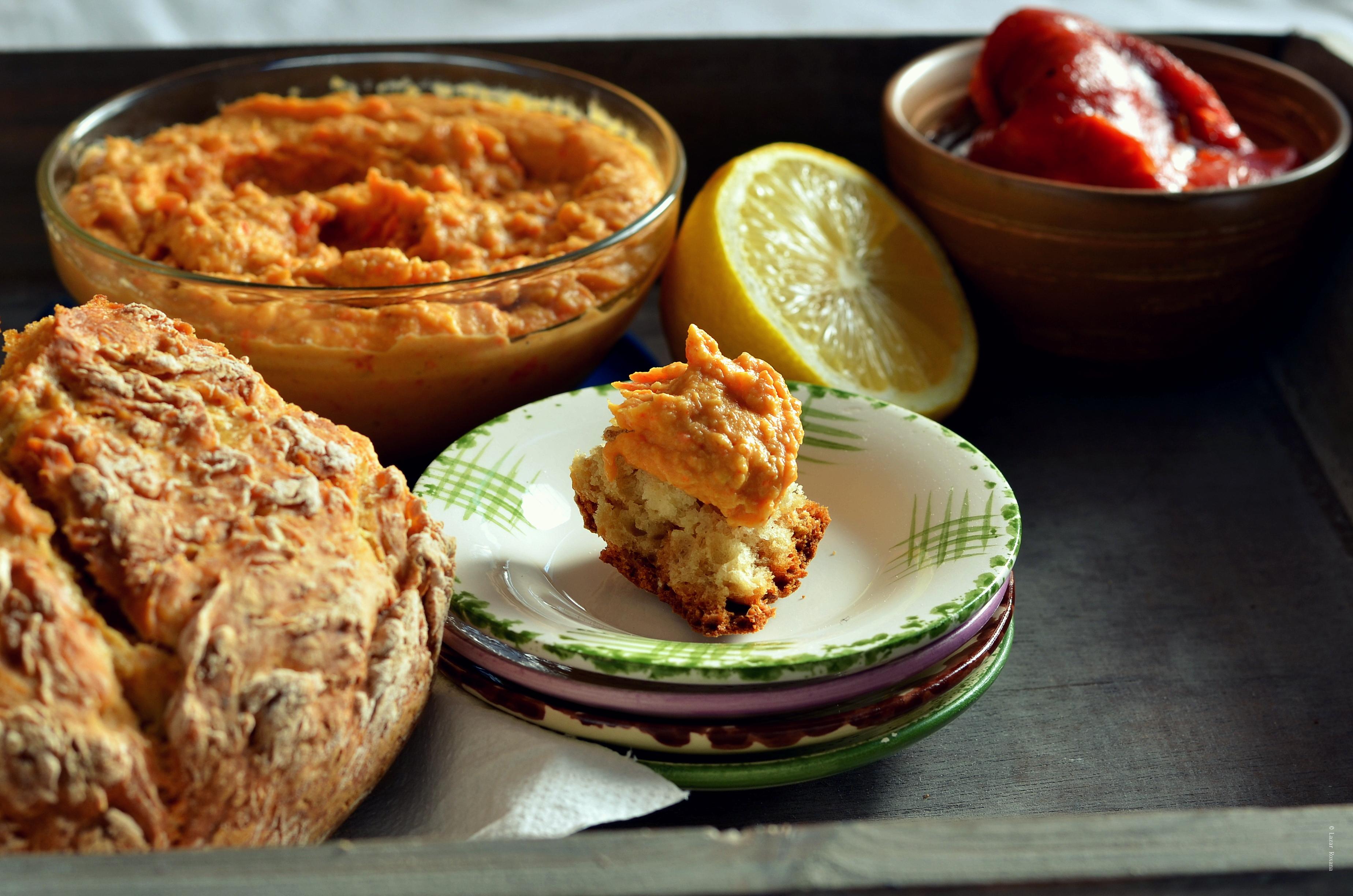 Cina de 10 minute: hummus cu ardei copt si ce mai gasesti prin camara. Bonus, paine irlandeza cu bicarbonat de sodiu si fulgi de cereale