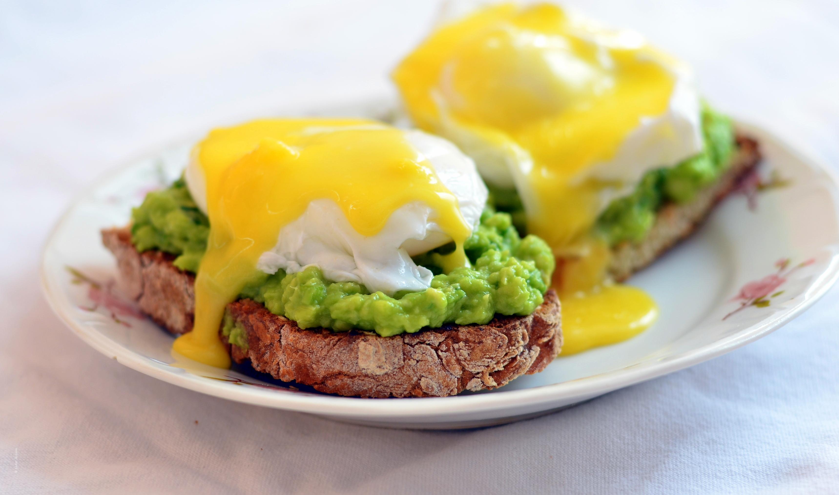 Huevos Benedictos cu avocado