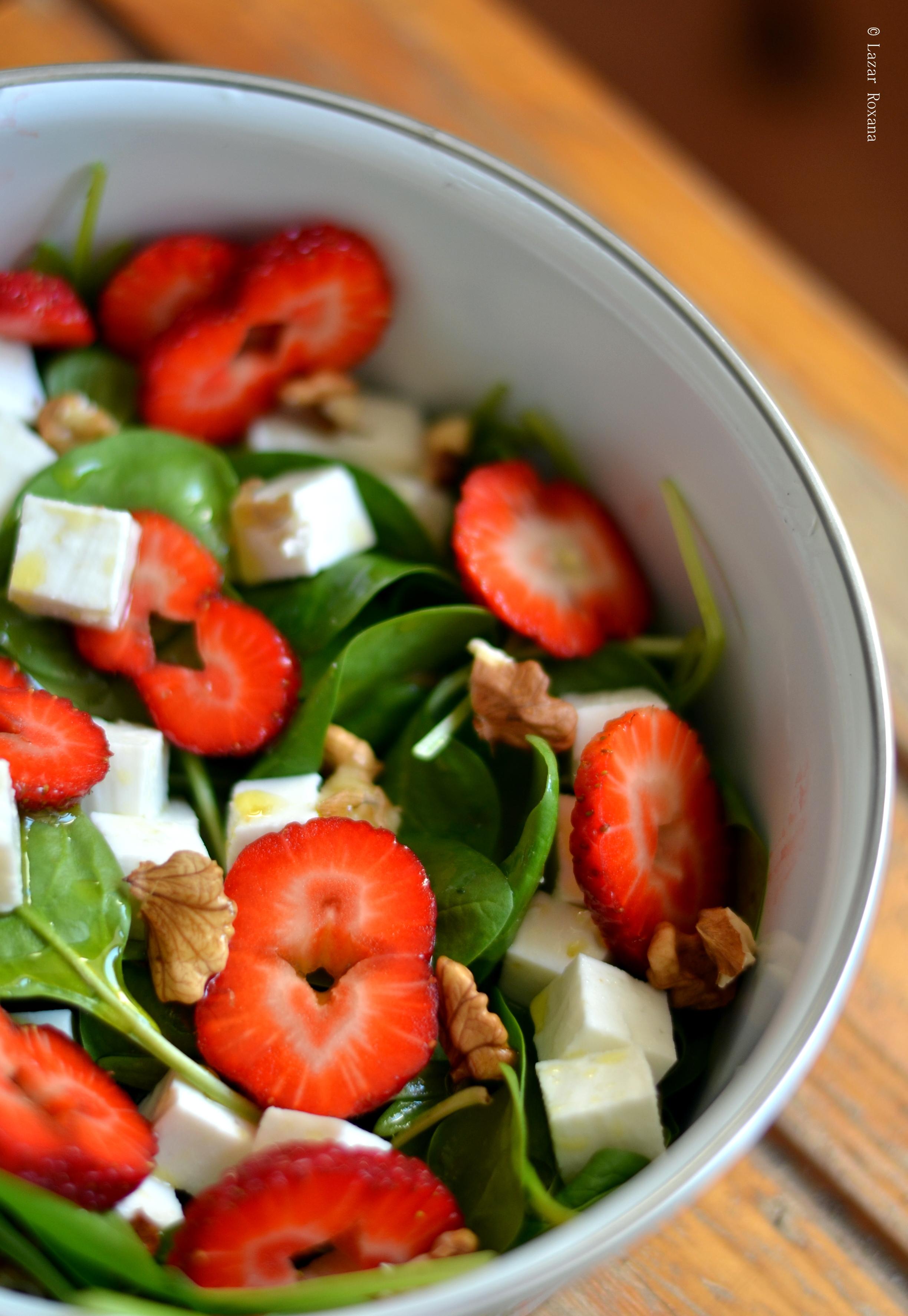Caserola de serviciu: salata de spanac, capsuni, nuci si telemea de capra