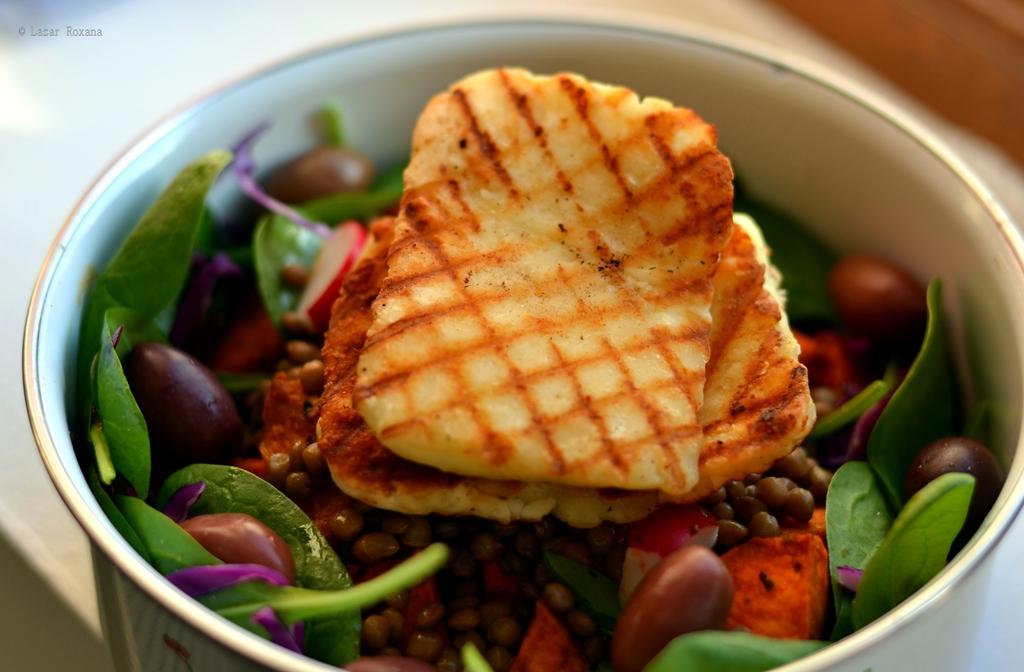 Caserola de serviciu: salata de spanac, cartofi dulci si linte, cu halloumi la grill